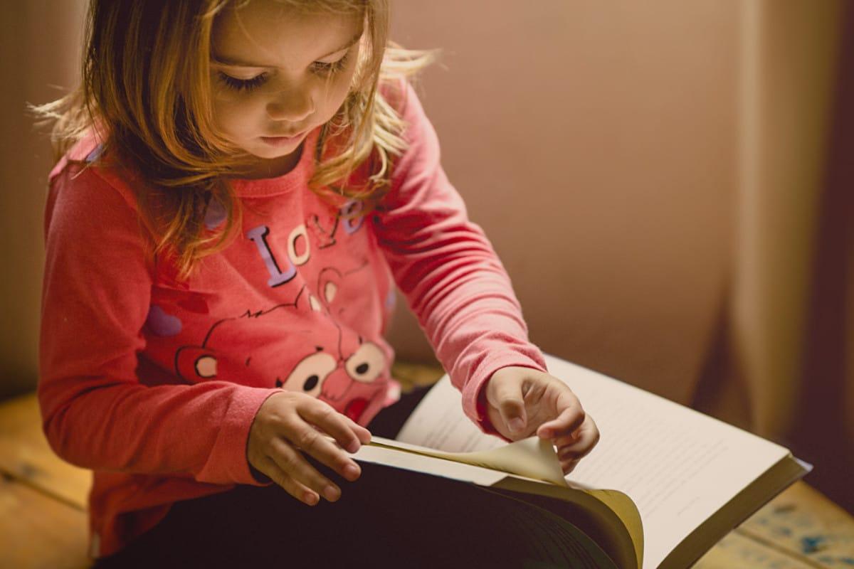 Een kind leest een boek